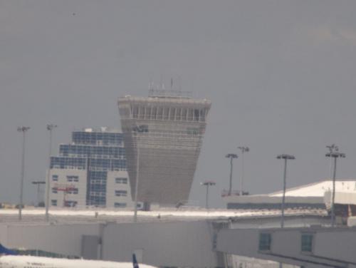 Przykładowe zdjęcie wykonane obiektywem MTO-11CA (1000mm) , zdjęcie wykonane z ręki . Niestety widać już falowanie ciepłego powietrza :) #lotnisko #wieża #obiektyw