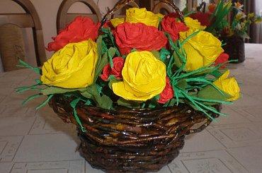 Papierowa wiklina , kwiaty z bibuły i krepiny