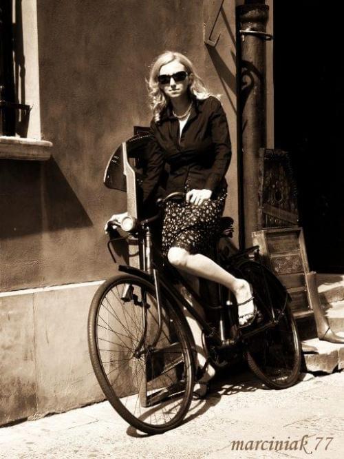 """""""...jadę na rowerze, słuchaj - do byle gdzie, rower mam, posłuchaj - w taki różowy jazz... ROWER TO JEST ŚWIAT..."""" :-))) #kobieta #portret"""