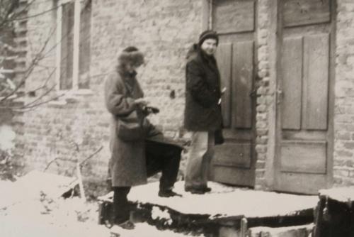 Marta Krajewska i Zbyszek Mirosław przed wejściem do drukarni (Świdnik, ul Leśna)