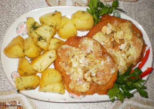Kotlety schabowe zapiekane pod mozzarellą . Przepisy do zdjęć zawartych w albumie można odszukać na forum GarKulinar . Tu jest link http://garkulinar.jun.pl/index.php Zapraszam. #kotlety #schabowe #wieprzowina #schab #ser #mozzarella #jedzenie
