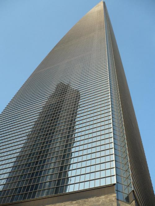 w odbiciu bardzo wysoki hotel... #Budynki #wieżowce #miasto