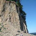 Rok 2010. Ściana ostrogi klifu. Widok od strony ujścia rzeki Kaczej. Głaz, na którym siedzi Beatka tkwił w 2008 roku w górnej części ściany. #geologia #klif #orlowski