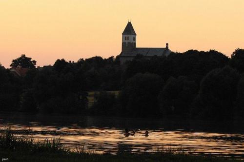 #widok #cień #krajobraz #wieś #woda #kościół #zmierzch